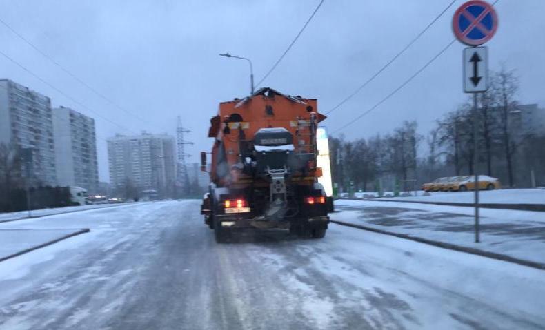 Коммунальные службы ликвидируют последствия снегопада