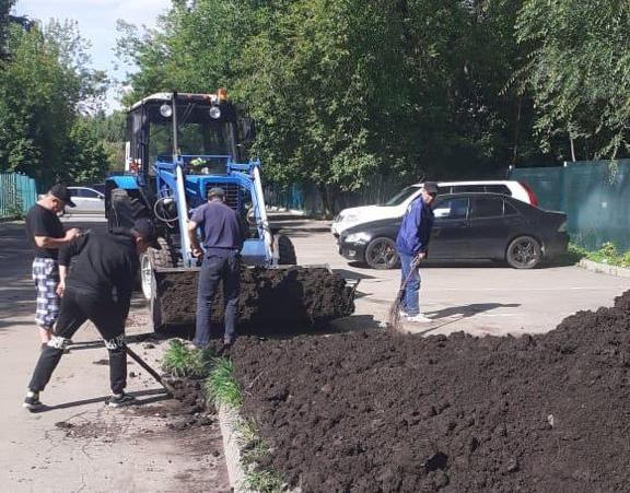 Специалисты «Жилищника» восстановили поврежденные газоны